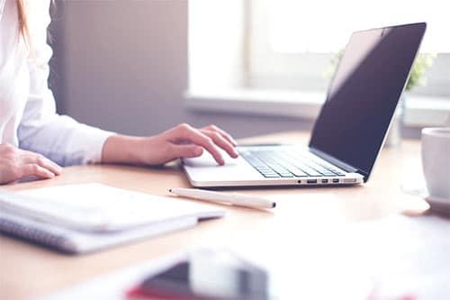 kobieta pracująca na laptopie