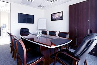 wnętrze biura - stół i krzesła