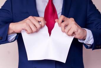 przedzieranie kartki papieru