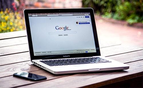 laptop z włączoną wyszukiwarką Google