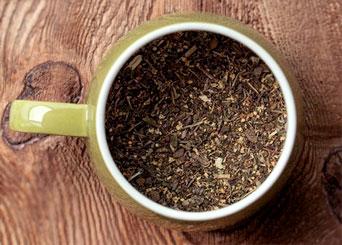 herbata liściasta w zielonym kubku