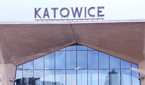 Napis Katowice na dworcu