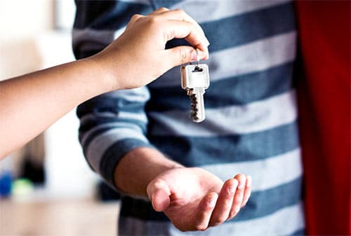 klucze do domu podawane z jednej ręki do drugiej
