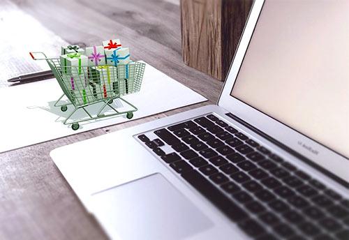 koszyk z prezentami przy laptopie