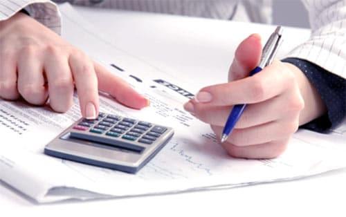 kobieta liczy podatki na kalkulatorze