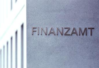 Szara ściana z napisem Finanzamt