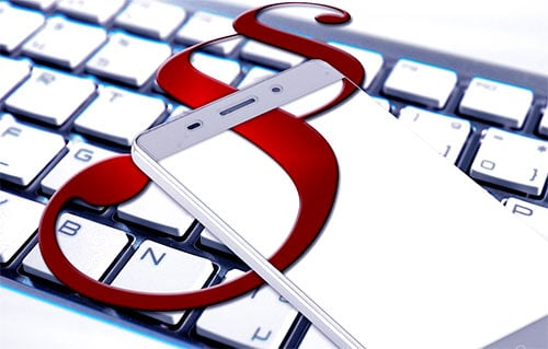 pagraf wyświetlony na telefonie i klawiaturze komputera