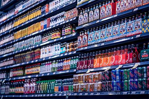 półki sklepowe z równo ustawionymi produktami