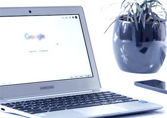 laptop z otwartą przeglądarką Google