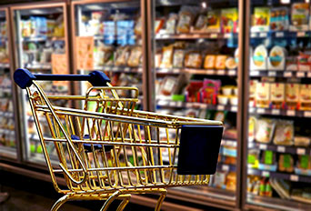 złoty koszyk na tle półek sklepowych