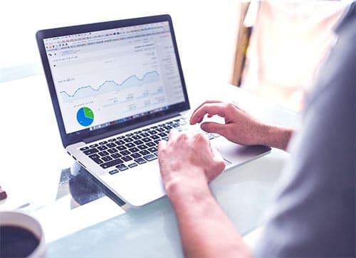 statystyki Google Analitiscs wyświetlone na laptopie